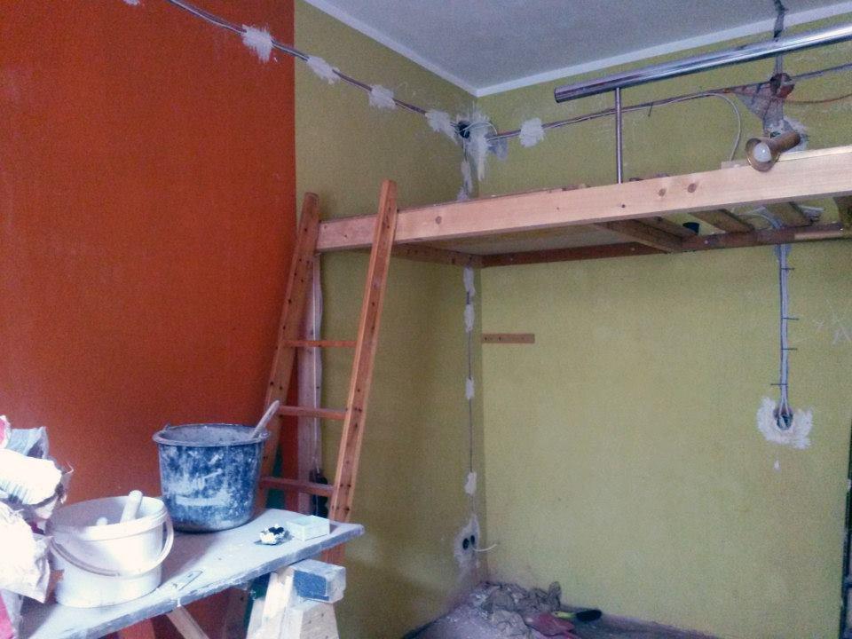 Neue Elektrik wird in einem Zimmer verlegt in der RM16