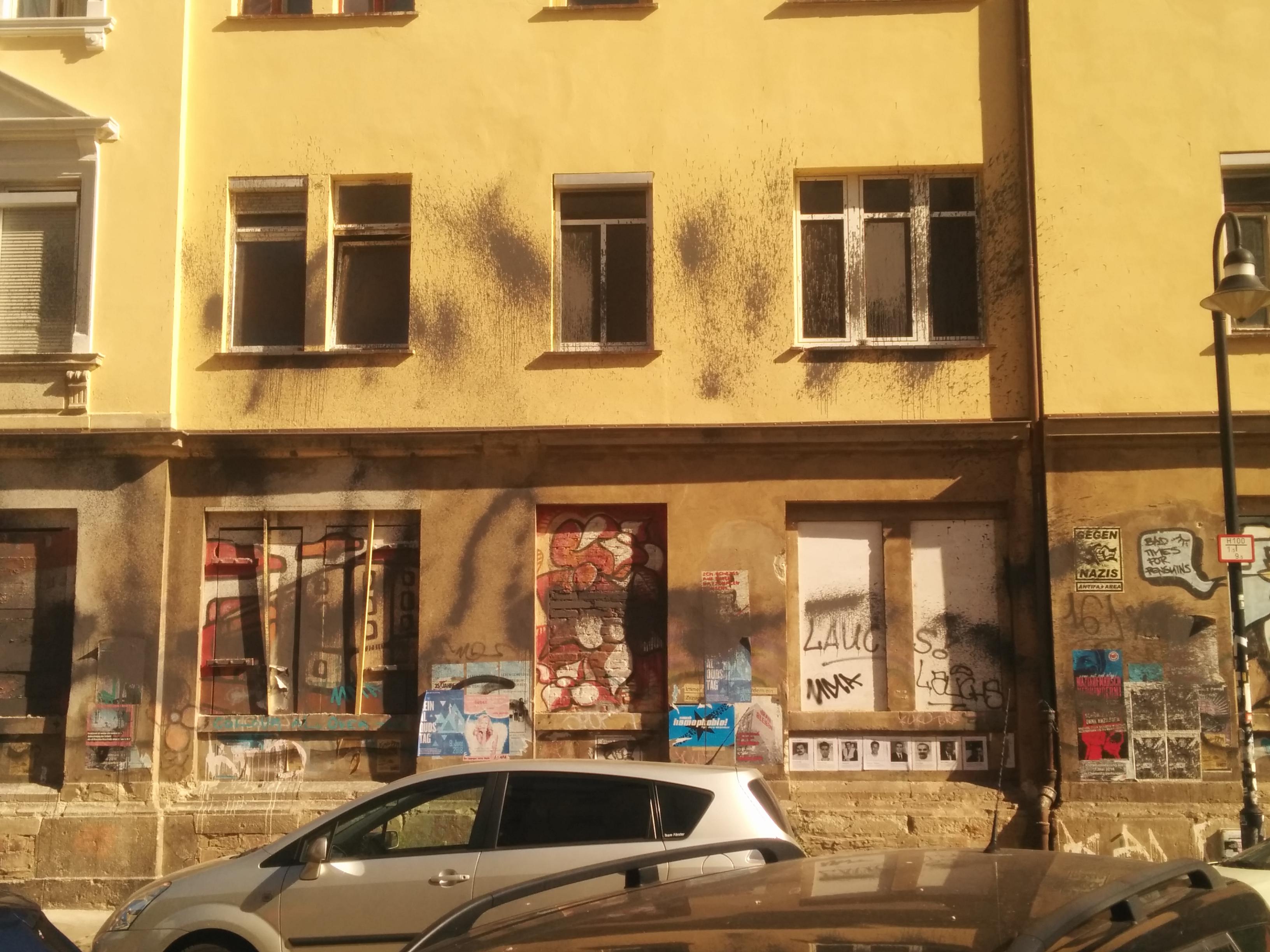 Farbe an Fassade und Fenster