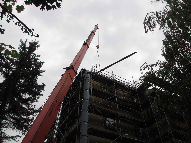 Kran birngt Stahlträger aufs Dach.