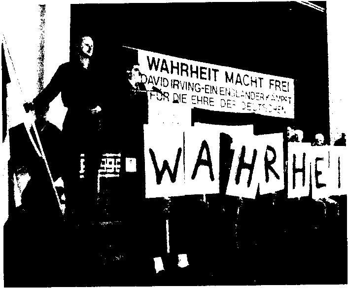 Foto: Neo-�Nazi-�Veranstaltung mit David Irving als Redner 1990 in München.�Text des Transpi: �Wahrheit macht frei � David Irving � Ein Engländer kämpft für die Ehre der Deutschen�